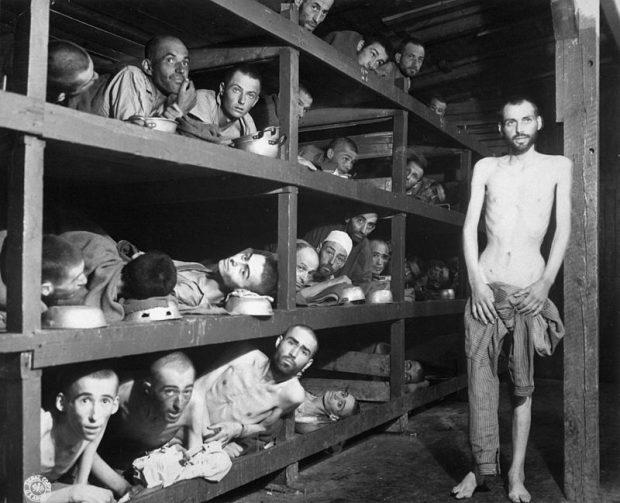Supraviețuitori ai Holocaustului, în ziua eliberării din lagărul Buchenwald de către trupele americane. Al șaptelea, în cel de-al doilea rând de jos este laureatul Premiului Nobel pentru Pace Elie Wiesel, evreu din România (Transilvania de Nord).
