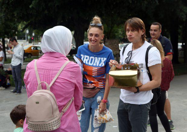 Marius Manole și Ilona Brezoianu au primit chiar și un tort de la oamenii care le-au semnat petiția