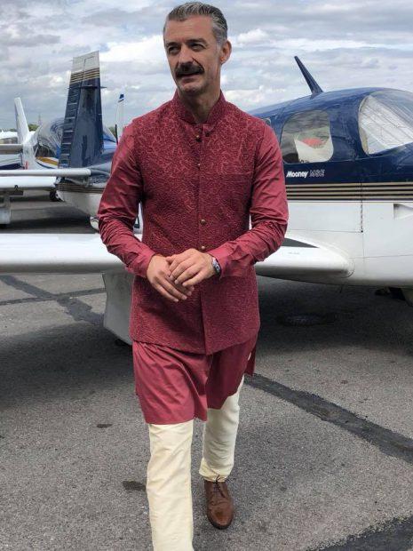 Gabriel Constantin, într-un costum tradițional indian