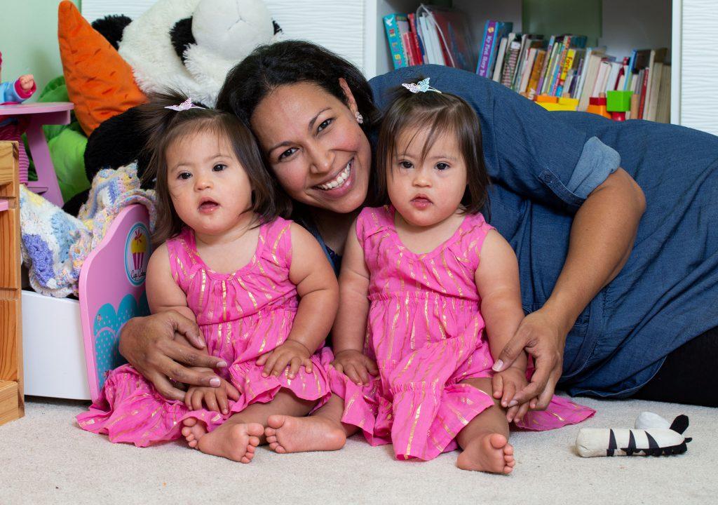 Două fetițe, gemene, cu sindromul Down, învață trei limbi străine și limbajul semnelor la 18 luni