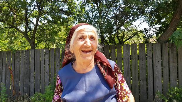"""VIDEO/Locuitorii din Padina de Buzău stau pe o rezervă de gaze, dar gătesc la butelie și se încălzesc cu lemne. """"Noi o să trăim la fel de prost"""""""