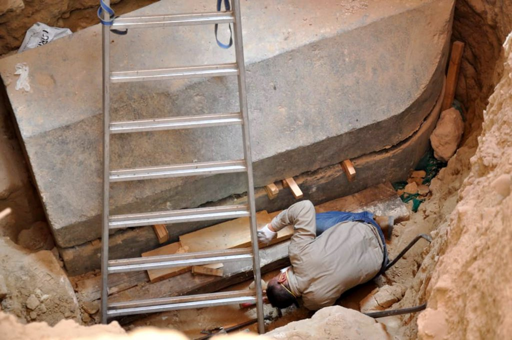Arheologii au deschis presupusul sarcofag al lui Alexandru cel Mare din Alexandria, dar înăuntru au găsit altceva decât se așteptau. În loc de rămășițele marelui împărat grec, arheologii egipteni au descoperit trei mumii care par a fi membrii aceleiaşi familii, scrie Reuters.