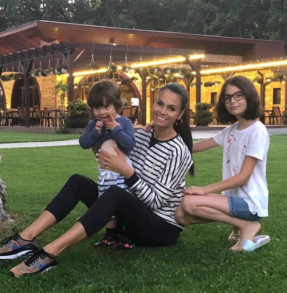 Anca Serea merge în parc și cu copiii vecinilor