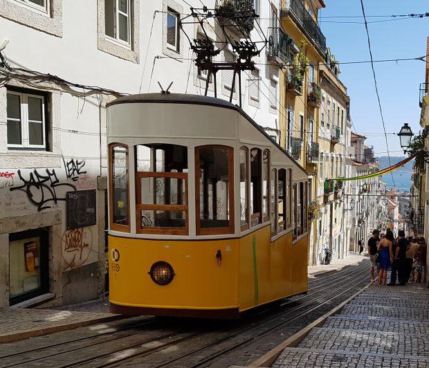 Elevador da Bica, unul dintre cele mai vechi funiculare din Lisabona, care face legătura între zona râului Tajo şi Bairra Alto din centrul vechi al capitalei Portugaliei