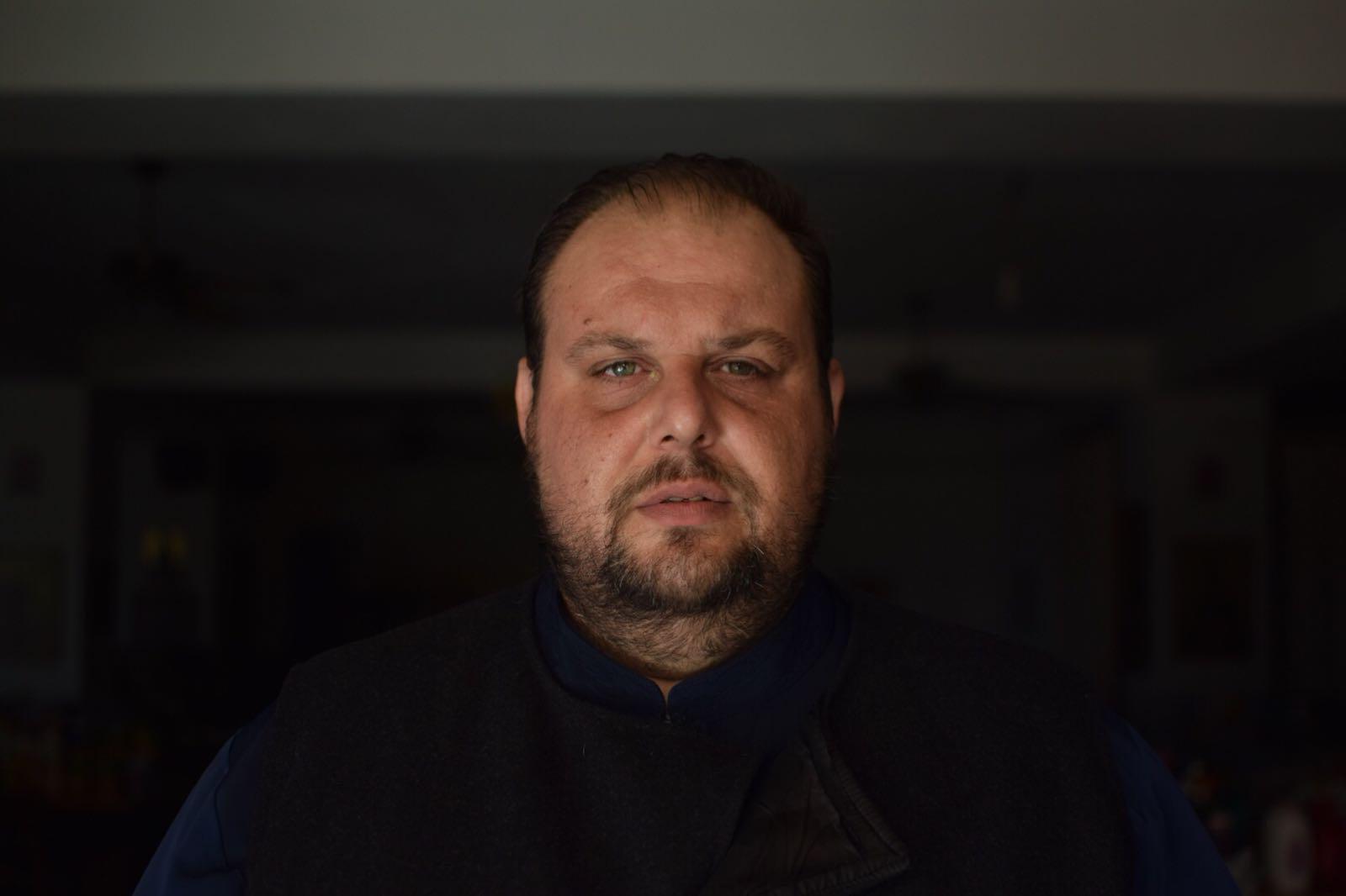 CORESPONDENȚĂ DIN GRECIA/ În fața lui Dumnezeu, dar ascuns de oameni, preotul Dimitris plânge. Se pregătește să-și înmormânteze 40 de enoriași