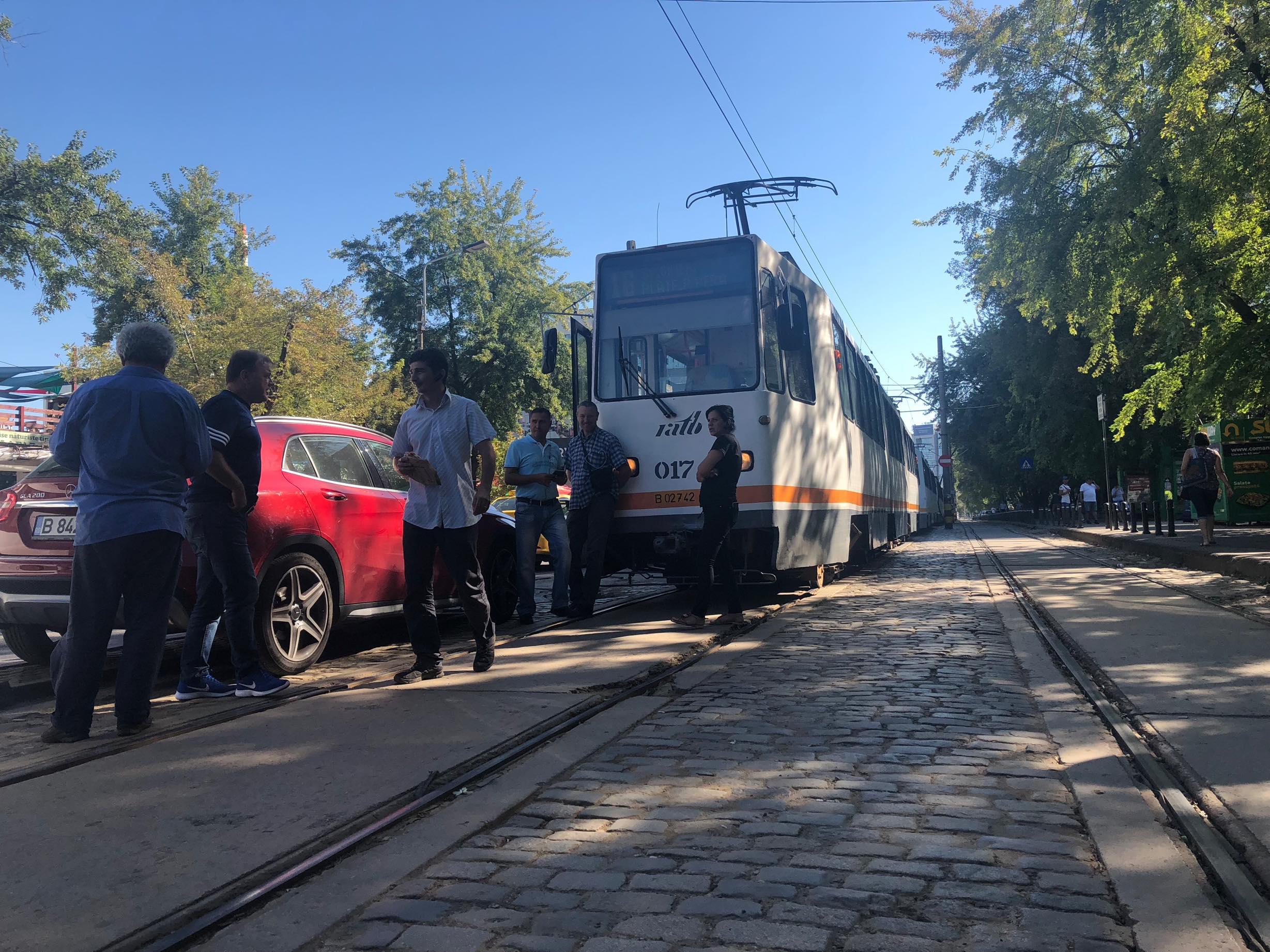 #salvatipipera / Tramvaie blocate în zona Pipera din cauza unei șoferițe care a parcat pe linie - VIDEO