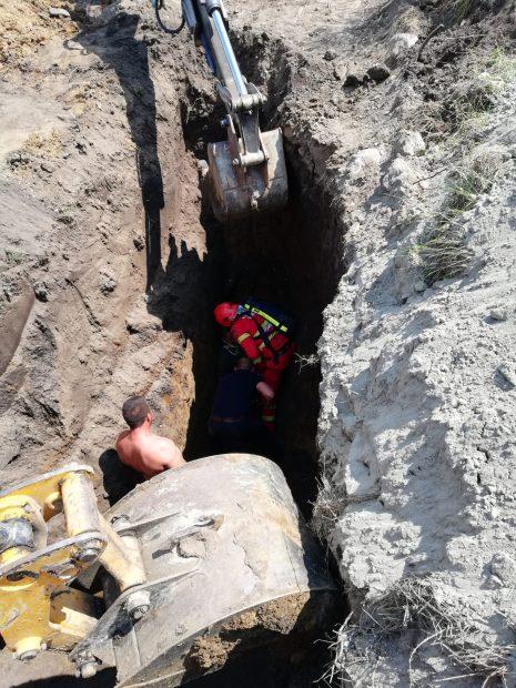 VIDEO&FOTO/ Un bărbat a fost prins până la gât de un mal de pământ care s-a surpat peste el. Omul lucra la canalizare în Feldioara