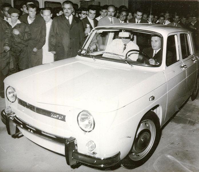Nicolae Ceaușescu la volanul primei mașini Dacia produsă la Mioveni