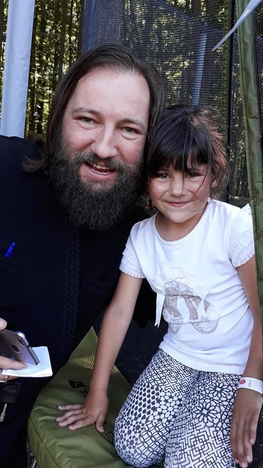 Preotul Dan Damaschin, alături de micuța Denisa