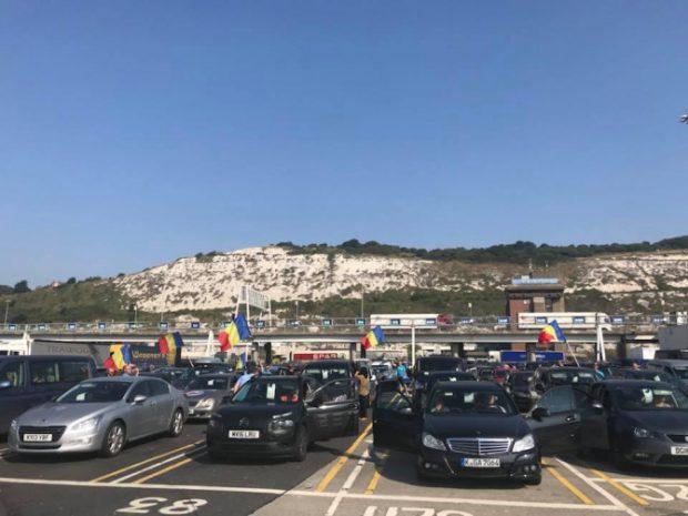 Mașini cu drapelul României, pregătite pentru a veni în țară la protestul diasporei din 10 august