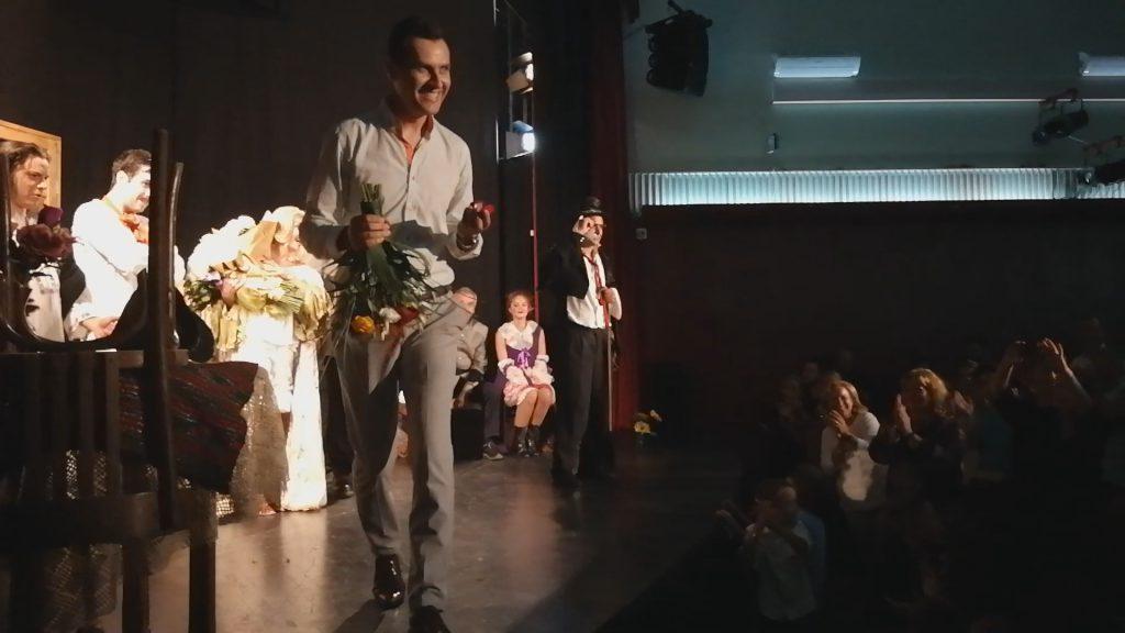VIDEO/ Cerere în căsătorie la teatru, cu ajutorul actorilor! Logodnicul a conspirat cu Adrian Păduraru, Gabriel Fătu și Crina Matei