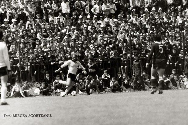 Secvență din partida Poiana Câmpina - CS Târgoviște, scor 1-2, din primăvara anului 1981. Tribunele îi sorbeau toate mișcările