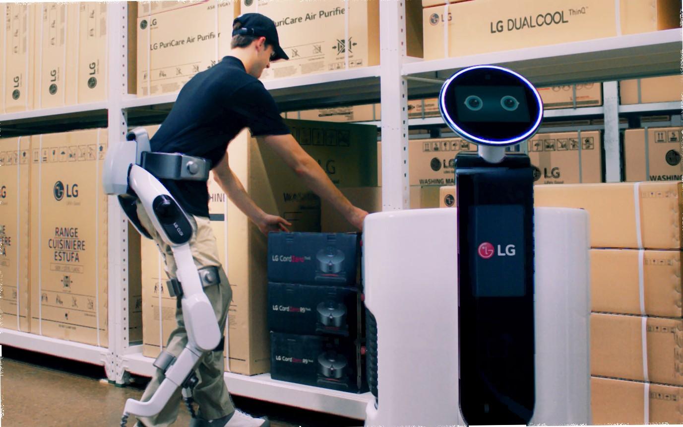 LG a realizat exoschelet robotic care ajută oamenii la cărat marfă. LG CLOi SuitBot poate crește forța celui care îl folosește. LG CLOiSuitBot cu un om care îl utilizează