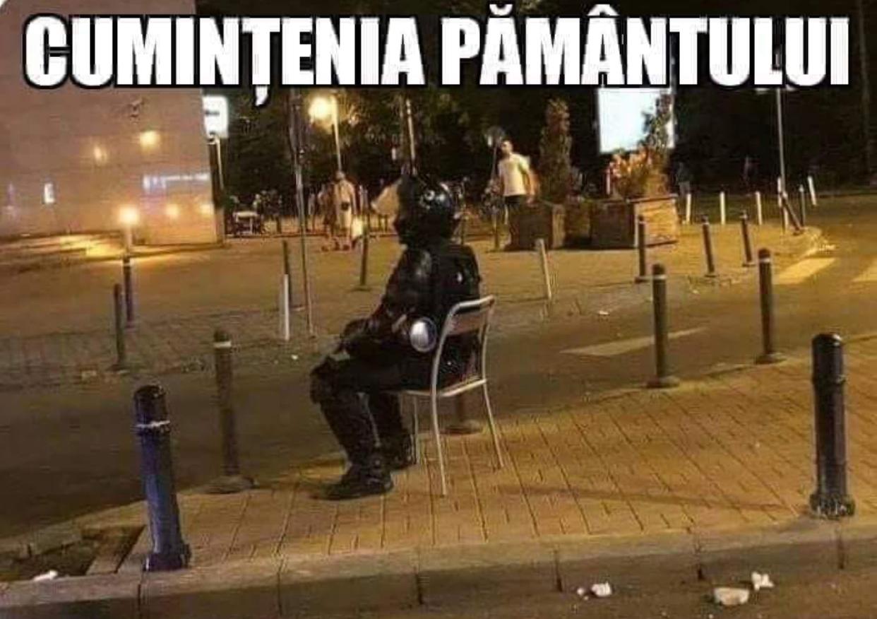 """Povestea din spatele fotografiei virale cu jandarmul care stă pe un scaun, după intervenția din Piața Victoriei. Cum a fost realizată """"Cumințenia pământului"""""""