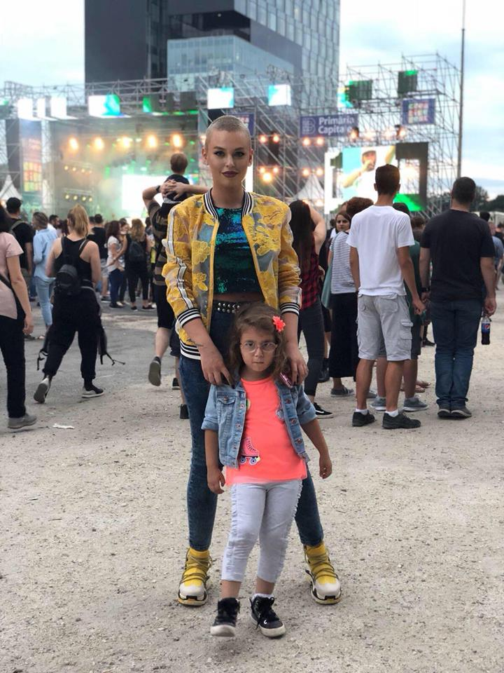 Misha, alături de fiica ei și a lui Connect-R, Maya