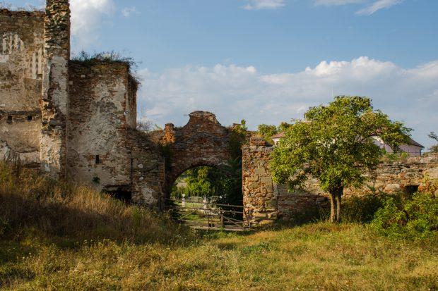 Castelul Martinuzzi, o ruină plină de legende care stă să dispară