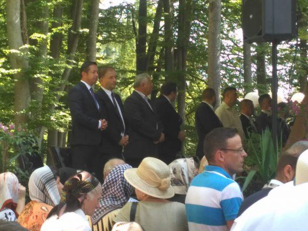 REPORTAJ/Când biserica face casă bună cu politica. Aleșii se roagă pe scaune de piele, la umbră, iar alegătorii le stau la picioare, la soare! VIDEO&FOTO