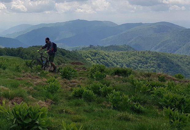 Silviu Cadia, corporatistul care pedalează în Himalaya, ca să ajute copiii bolnavi de inimă. Pe două roţi, pe unul din cele mai înalte drumuri din lume