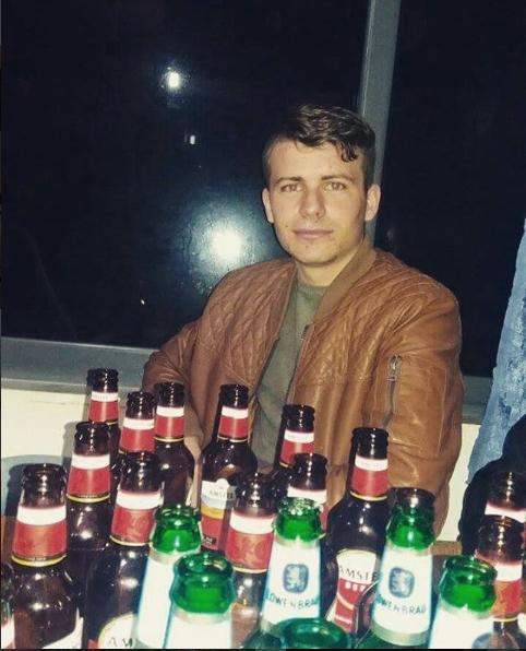 """Danel Sinani și sticlele, """"prietenele"""" lui"""