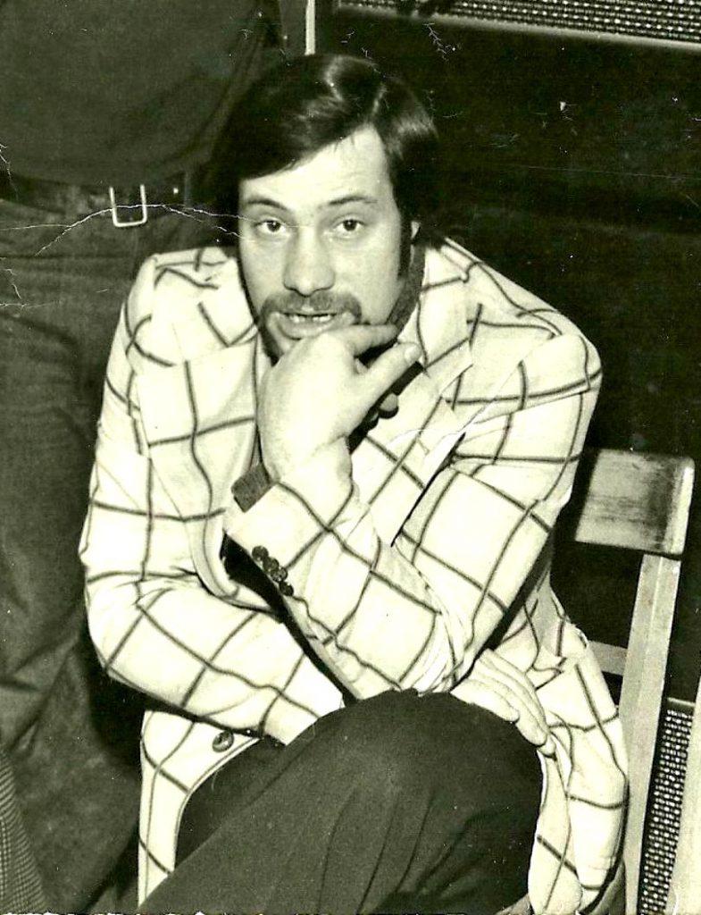 FOTO EXCLUSIV/Vedetă rock în anii '70 și politician în anii 90, Doru Tufiș e din nou cap de afiș. Cântă într-un restaurant!