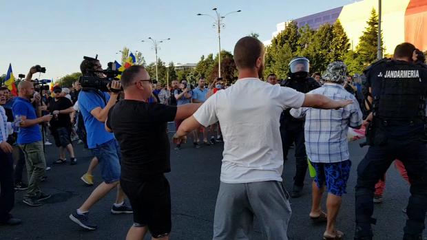 Jandarmul a fost salvat din mâinile manifestanţilor tot de către protestatari, care au sărit să-l apere şi l-au protejat până a revenit alături de colegii săi