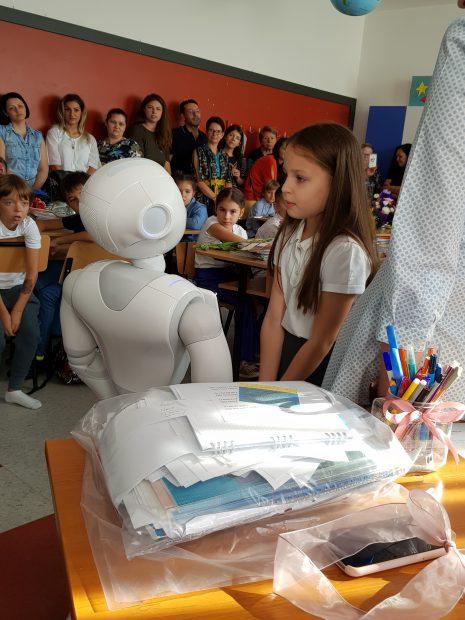 Premieră în România -un robot a dat startul noului an de învățământ la Școala 195