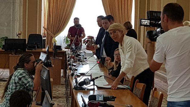 Deputata PNL Raluca Turcan desfășoară, la Comisia pentru învățământ, pagini cu greșeli din manualul de Matematică pentru clasa I care, înșirate, ajung la o lungime de peste 7 metri.