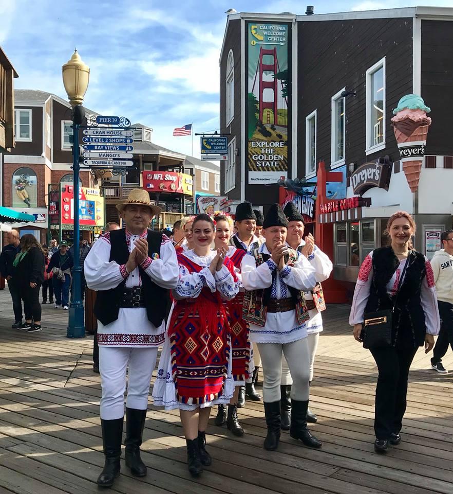 VIDEO / La un festival al diasporei din California, unde românii se îmbracă în port popular, Gheorghe Gheorghiu a promovat tradițiile în bermude și tricou