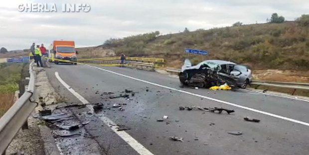 Imagine de la locul accidentului, cu autoturismul Audi, rămas pe șosea după impactul cu un Peugeot