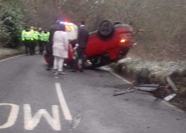 Mașina mirilor s-a răsturnat pe carosabil
