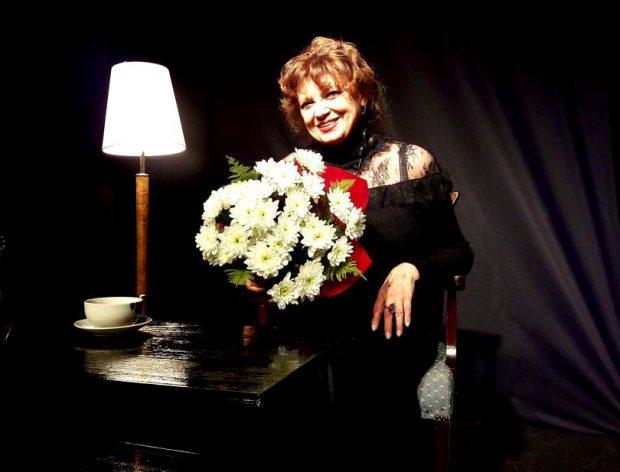 Cezara Dafinescu, al[turi de un buchet mare de flori