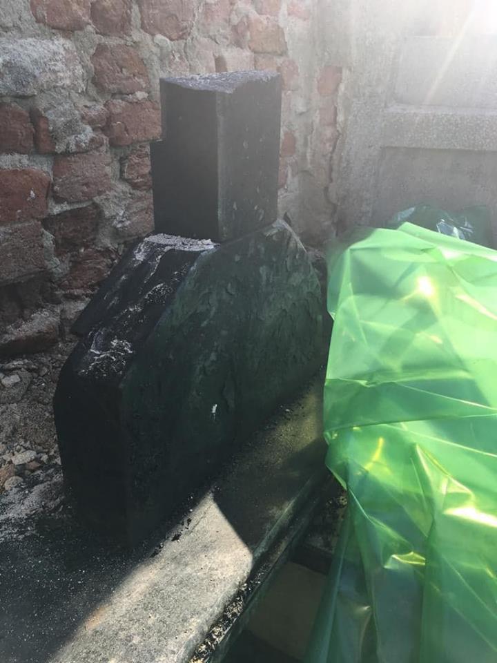Mormântul unui fost primar din România, distrus de un incendiu. Apropiații familiei vorbesc de un foc pus intenționat