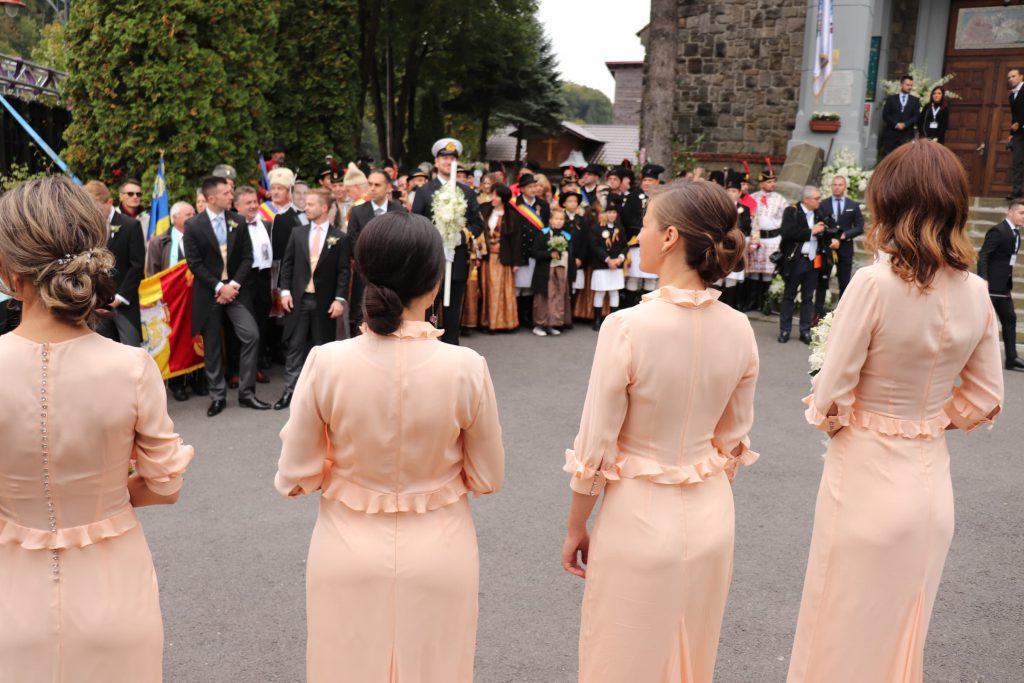 CORESPONDENȚĂ DIN SINAIA/ Detaliul care le-a scăpat domnișoarelor de onoare de la nunta principelui Nicolae cu Alina Binder | FOTO
