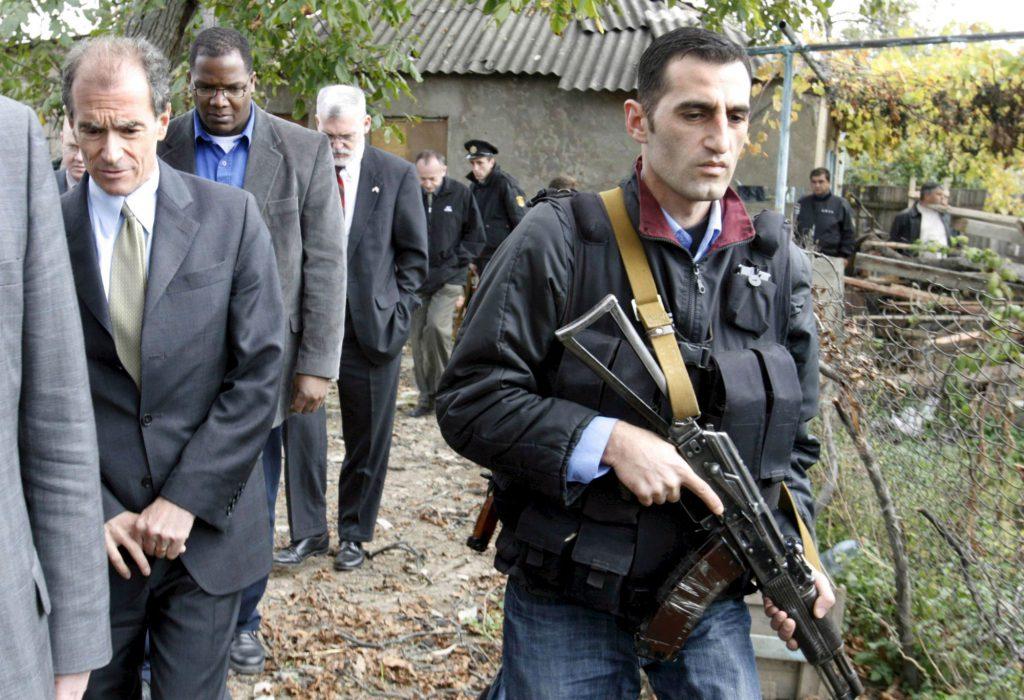 Daniel Fried, pe teren, în timpul invaziei rusești din Georgia, anul 2008 (FOTO: EPA)