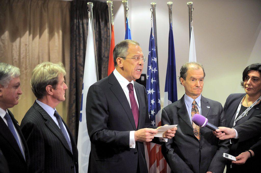 Daniel Fried și Serghei Lavrov, ministrul de Externe a Rusiei, în timpul unei conferințe de presă (FOTO: EPA)