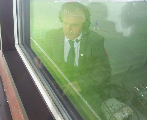 Incredibil cum arată cabina umilitoare din stadionul primarului Florentin Pandele în care și-a încheiat cariera freneticul comentator radio Ilie Dobre!