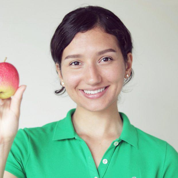 Kasumi Kriss a fost vegetariană timp de patru ani, dar a reintrodus carnea în dietă. Imagine cu bloggerița și o bucată de carne