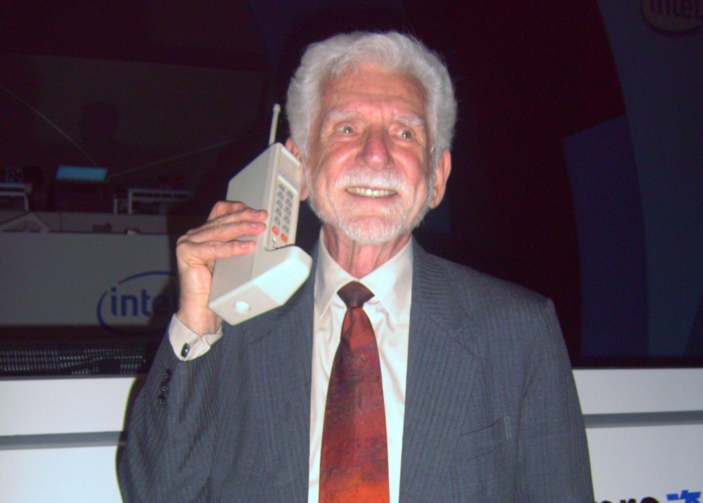 Martin Cooper, inventatorul telefonului mobil, împreună cu modelul Motorola DynaTAC 8000X, primul telefon din lume, a împlinit 35 de ani. Martin Cooper, inventatorul telefonului mobil, împreună cu modelul Motorola DynaTAC 8000X