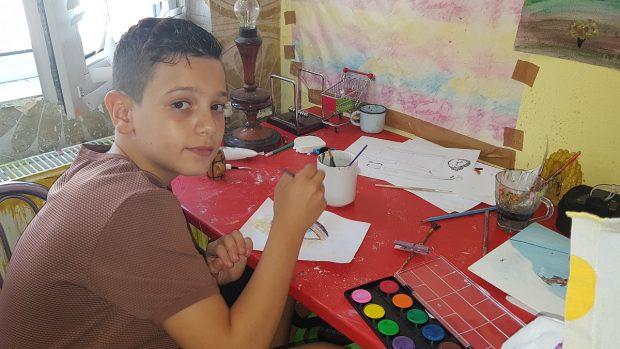 Un băiețel de 10 ani își vinde picturile ca să-și cumpere hăinuțe de iarnă