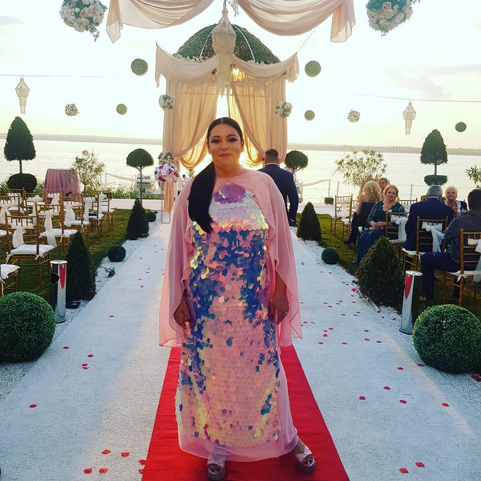 """Cum s-a îmbrăcat Oana Roman la o nuntă la malul mării. """"La rochia care îți vine superb, sandalele acelea nu sunt din decor"""""""