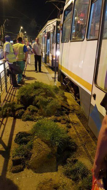 Bucăţile de gazon prinse sub tramvai, au fost scoase şi puse pe peronul staţiei