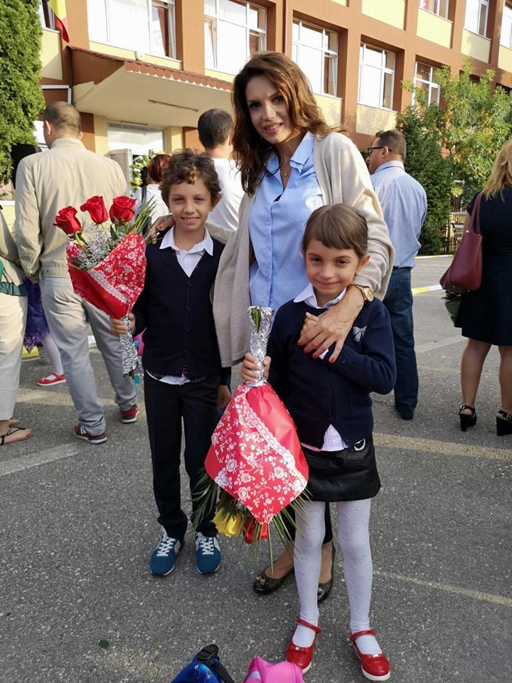 Cristina Spătar, cu cei doi copii la școală. Cum au fost fotografiați cei doi micuți în prima lor zi de început de an școlar