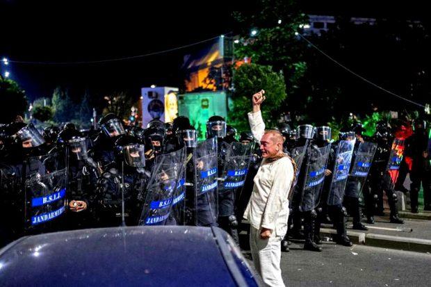 """Carmen Dan propune înaintarea în grad a colonelului Dumitru Paraschiv, """"bărbatul în alb"""" de la protestele din 10"""