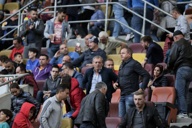 Boicotul lui Balaci. Fostul mare fotbalist a venit la meciul România - Serbia cu nepotul umilit de FRF şi a refuzat să stea la tribuna oficială
