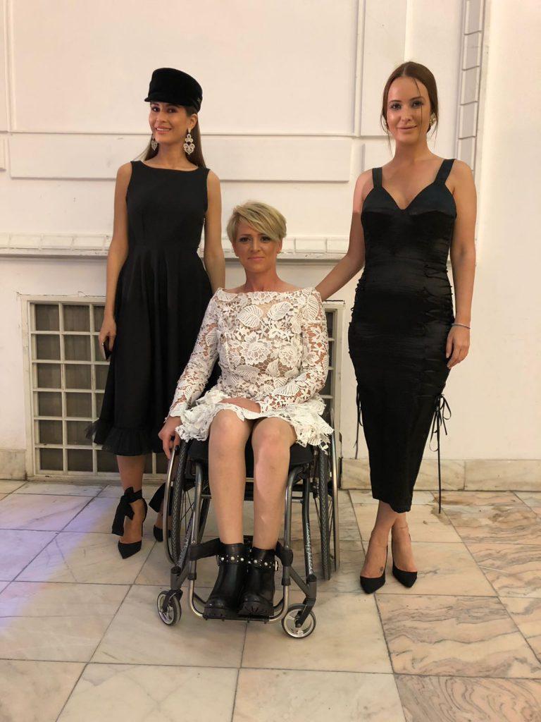 Tinere imoblizate în scaune cu rotile au defilat la Atipic Beatuy Gala