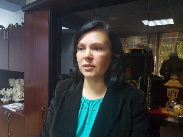 FOTO/ Angajată a Protecției Copilului Vaslui, bătută lângă Tribunal de mama unor copii scoși din familie de instituție