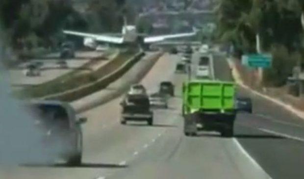 VIDEO   Momentul incredibil în care un avion aterizează pe autostradă, printre mașini