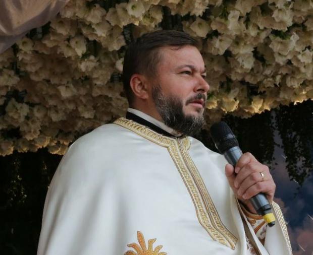 Preotul ameninţă oamenii că vor arde ca grecii şi că homosexualii vor abuza sexual copiii
