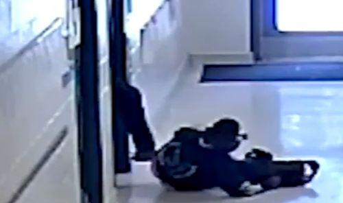 VIDEO | O profesoară a fost filmată în timp ce lovea un elev. L-a scos în șuturi din