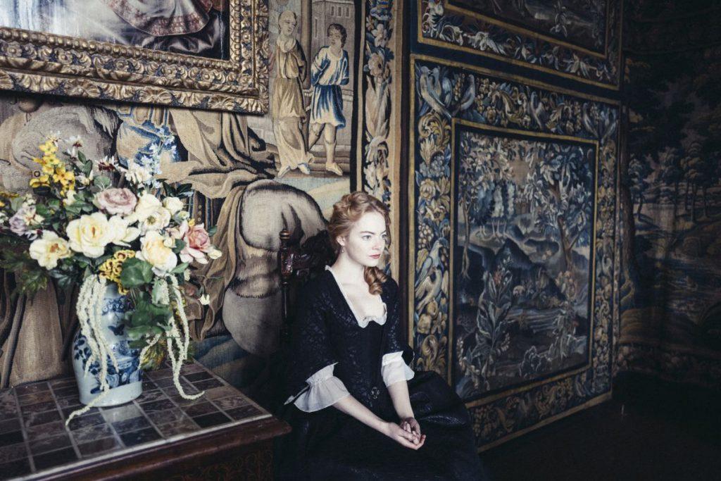 Emma Stone s-a plâns că rochiile de epocă purtate într-un film i-au dislocat organele interne